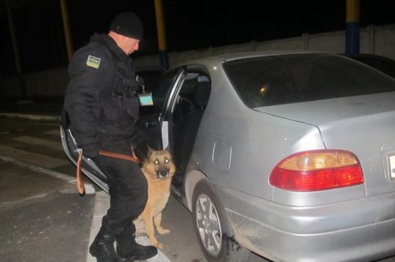 Громадянин Молдови віз через кордон марихуану в обгортках з-під цукерок