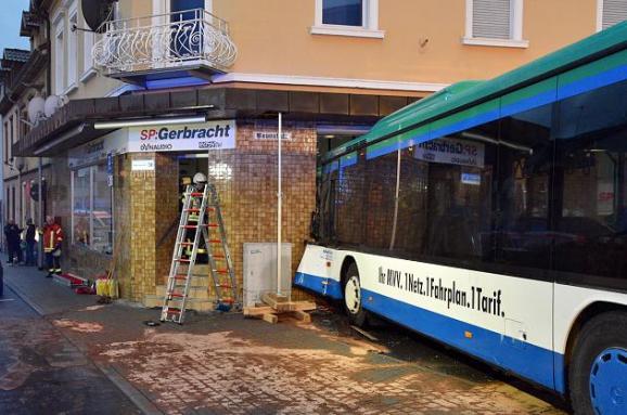 У Німеччині шкільний автобус врізався встіну будинку, 20 дітей поранені