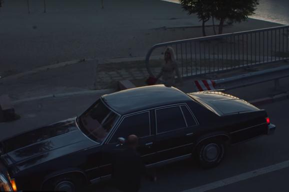 Британська співачка зняла драматичний кліп уКиєві наАндріївському узвозі