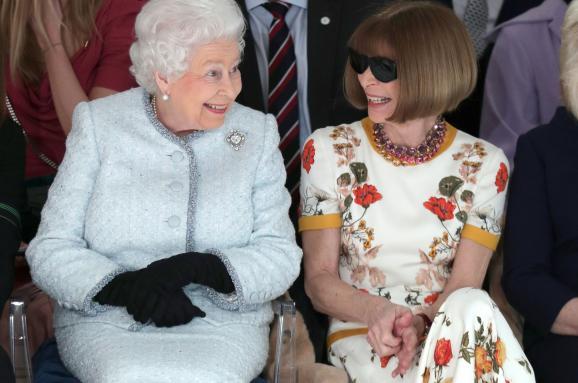 ЄлизаветаII відвідала показ наТижні моди вЛондоні: чарівні фото