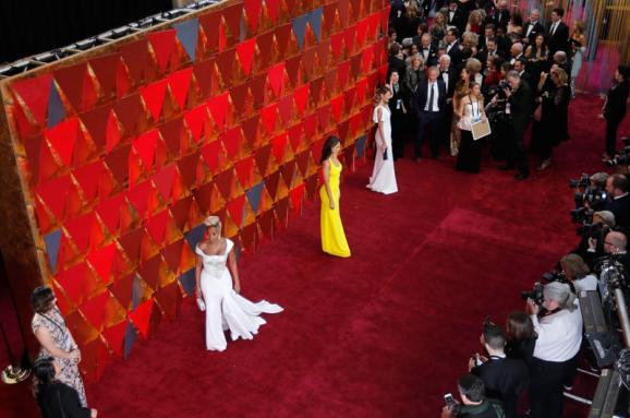 «Леди-птица» в платье Calvin Klein и Мерил Стрип в красном. 34 интересных образа на красной дорожке «Оскара»