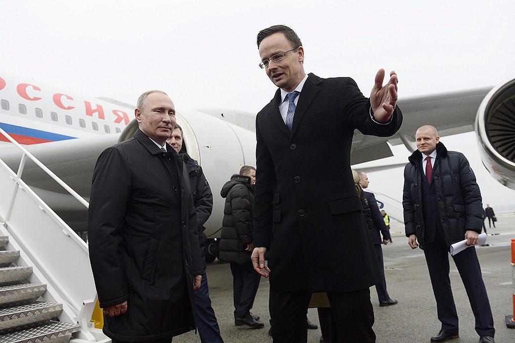 Сійярто зустрічає Путіна під час візиту російського президента до Угорщини