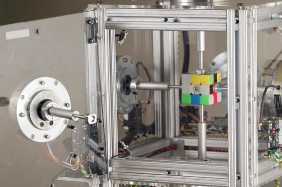 Робот зібрав кубик Рубіка за 0,38 секунди