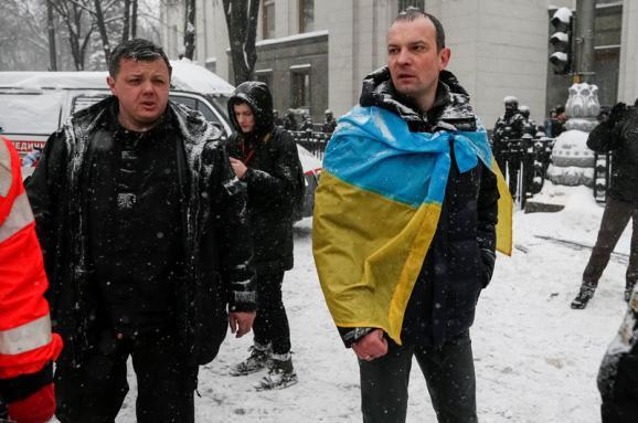 Перед обшуками у наметовому містечку Семенченко виносив сумки ймовірно із зброєю, - Аваков