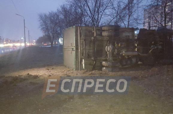 У Києві вантажівка перекинулась на бік через слизьку дорогу
