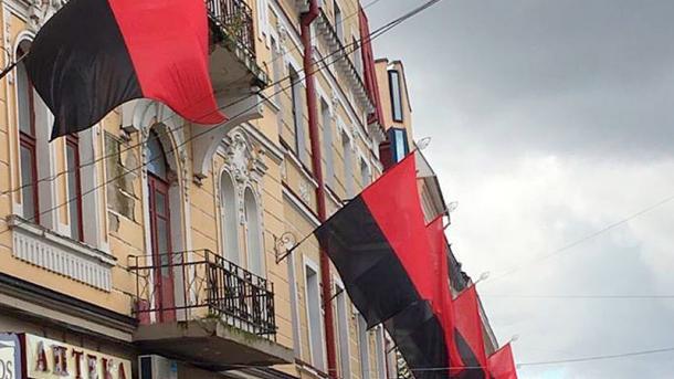 Про це повідомляє прес-служба Львівської міської ради. Депутати ухвалили  рішення про використання червоно-чорного прапора