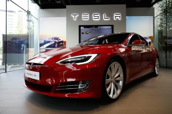 Tesla добровільно відкликає 123 000 Model S