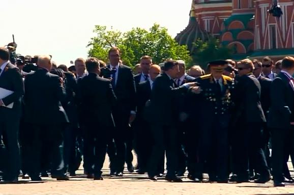 Охорона Путіна грубо відштовхнула ветерана напараді вМоскві: відео інциденту