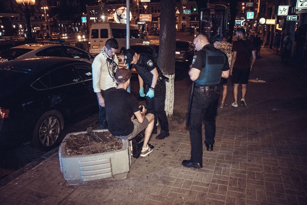 Припарковані автомобілі на узбіччі дивом не постраждали. На місце події  прибули три екіпажі патрульної поліції і дві машини швидкої допомоги. 47c30c2118a90