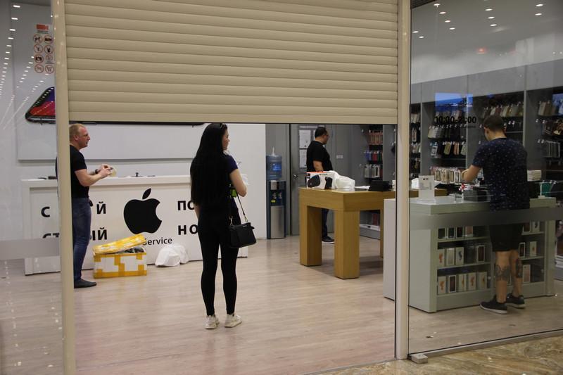 """У одного из магазинов внутри теперь уже бывшего ТЦ """"Муссон"""". 28 мая 2018 года"""