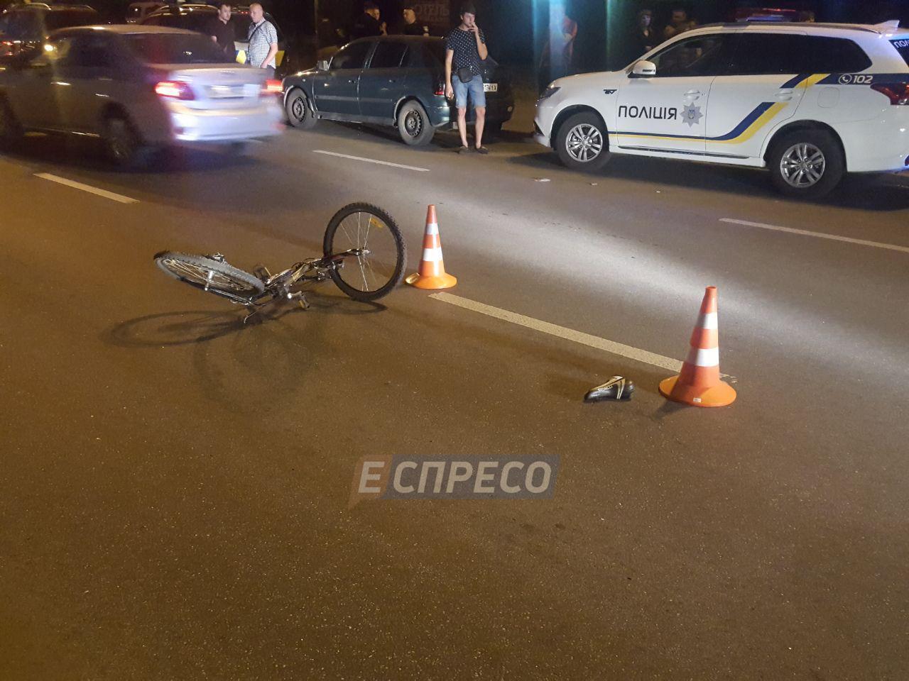 У Києві автомобіль з кортежу збив велосипедиста, поліцейські завадили влаштувати самосуд (фоторепортаж)