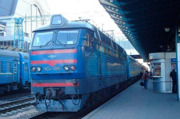 Замість борщу гаспачо: «Укрзалізниця» починає повноцінно годувати упоїздах