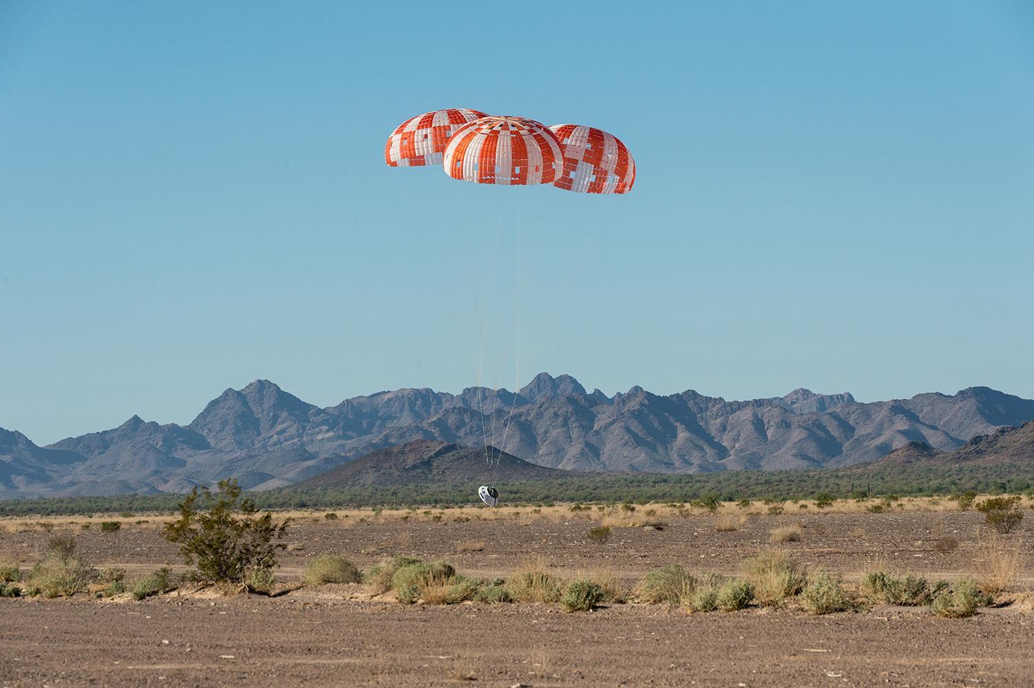 """NASA успешно испытало парашютную систему посадочной капсулы """"Ориона"""""""