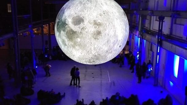 Луна-Гигант путешествует по миру и надвигается на Европу