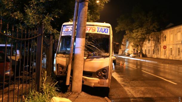 В Одессе маршрутка врезалась в столб