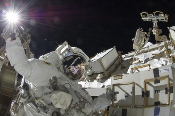 Космические теории заговора и утечка воздуха на МКС: как русские опять все «валили» на США
