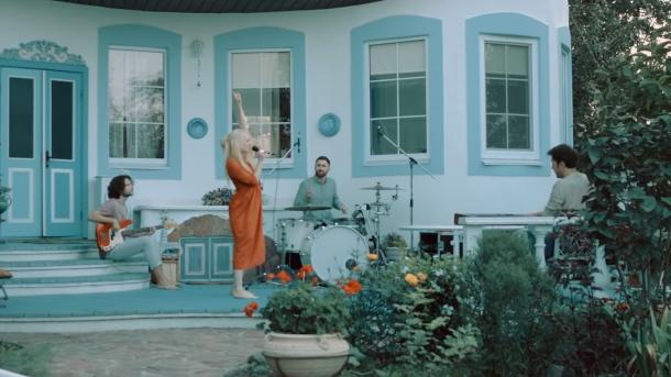 """Vivienne Mort и ее кот - в новом клипе на песню """"Думаю о тебе"""""""
