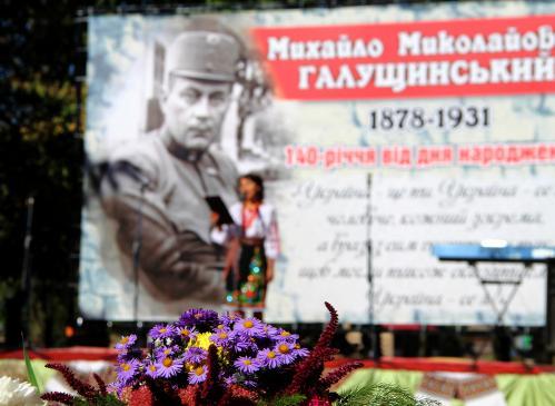 К венку осенних цветов - в памятную дату Михаила Галущинского
