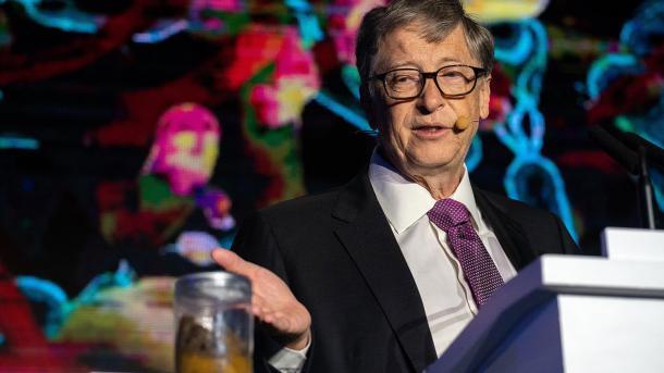 Билл Гейтс вышел на сцену с банкой фекалий и представил туалет без воды