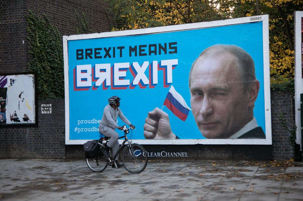 """В Лондоне появились билборды с Путиным и призывом праздновать """"ВЯЕХІТ"""""""