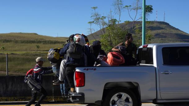 Первая группа каравана мигрантов достигла границы США