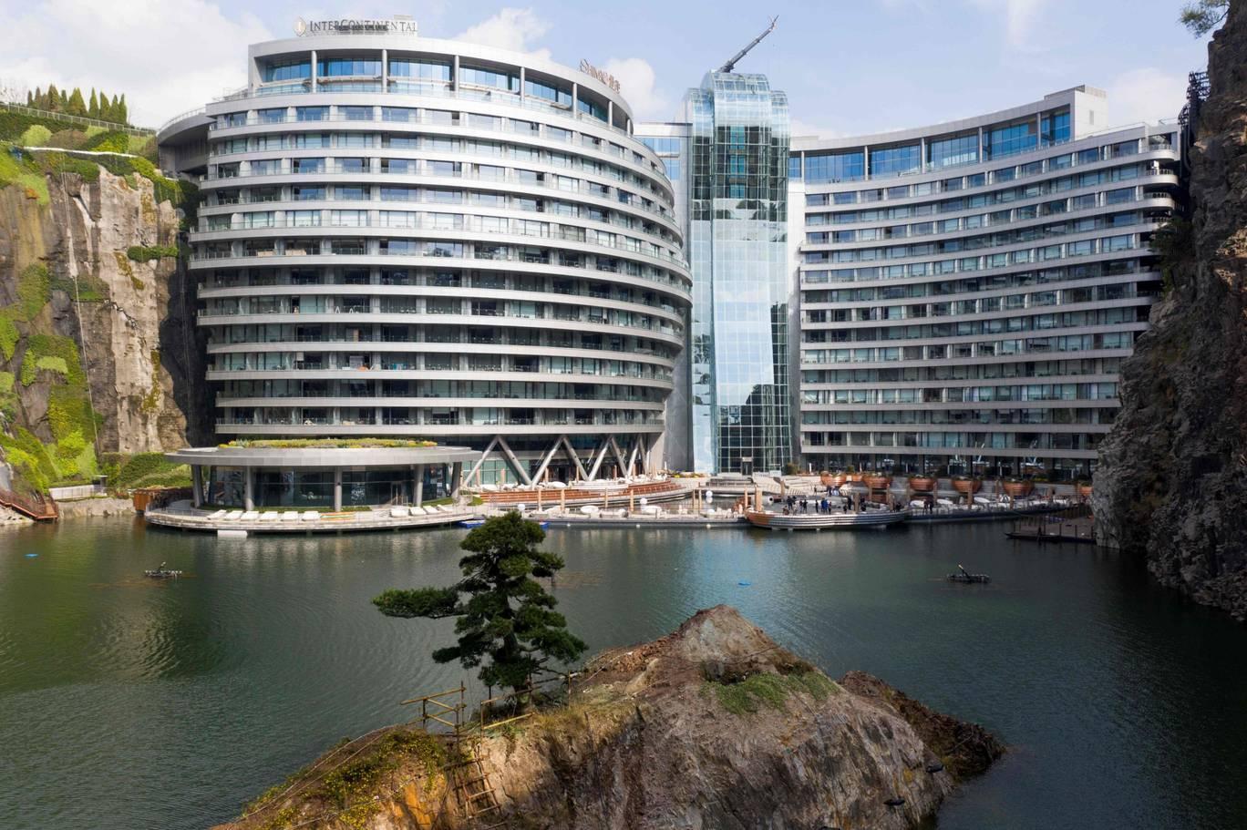 В Шанхае представили отель, высеченный в скале