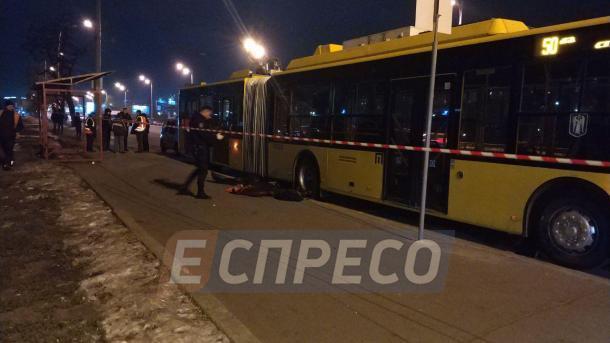 В Киеве под колесами троллейбуса погиб работник ремонтной бригады