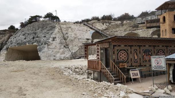 Монахи УПЦ Московского патриархата разрушают монастырь в Крыму