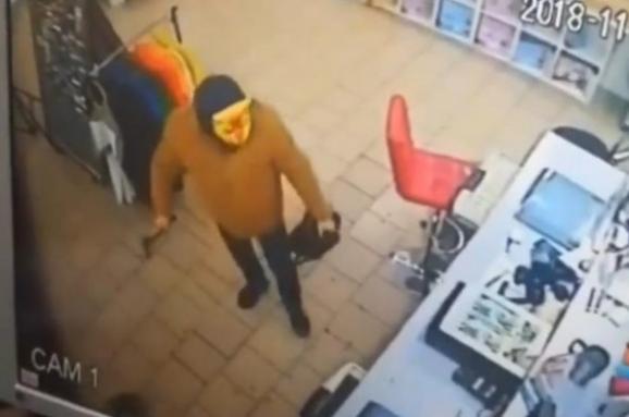 Чоловік зсокирою умасці тигра намагався пограбувати магазин (відео)