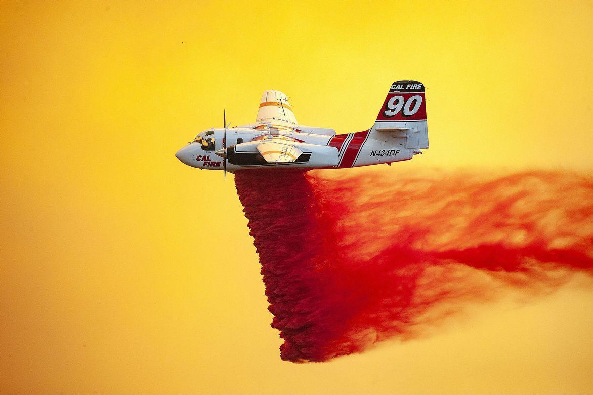 Літак скидає спеціальну вогнезахисну суміш під час пожеж у Каліфорнії