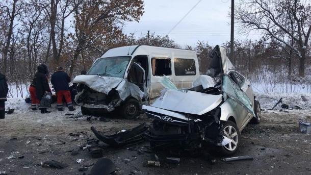 На Харьковщине столкнулись микроавтобус и легковушка: 4 погибших, 11 пострадавших