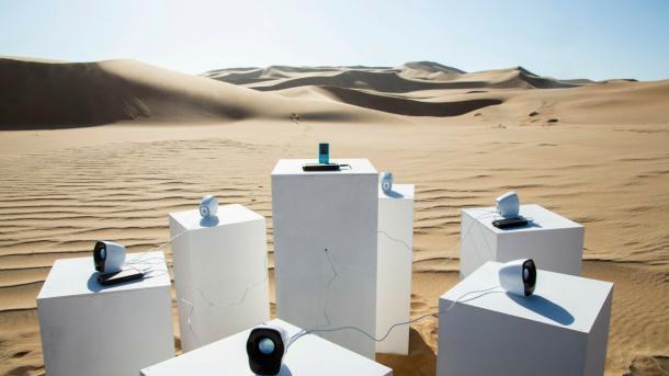 """На """"вечном"""" повторе: из песни Toto """"Africa"""" сделали инсталляцию в африканской пустыне"""