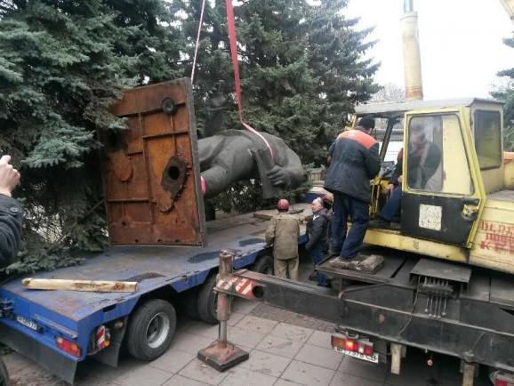 Пам'ятник Орджонікідзе демонтували в Маріуполі - фото 1
