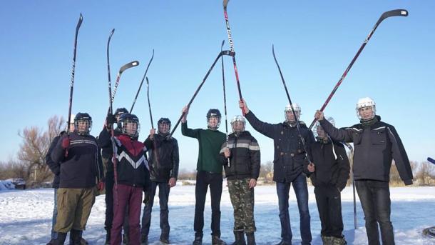 Порошенко подарил экипировку детям, игравшим в хоккей на пруду