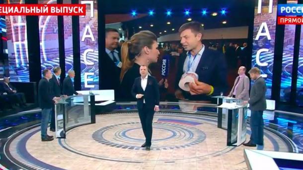 Гончаренко подарил российской журналистке Скабеевой туалетную бумагу с портретом Путина