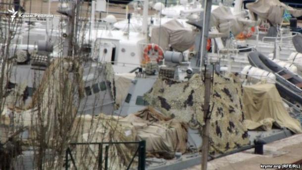 У Керчі російські військові замаскували захоплені українські катери
