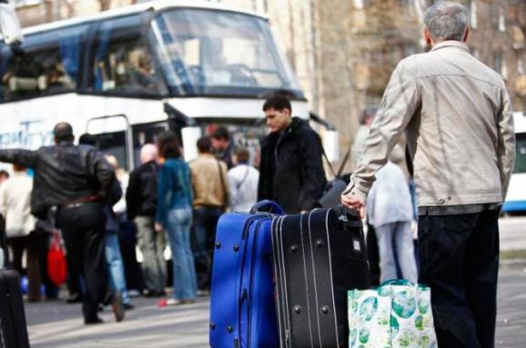 Молоді прикарпатці масово їдуть працювати до Польщі: чи вдасться зупинити потік кадрів (відеосюжет)