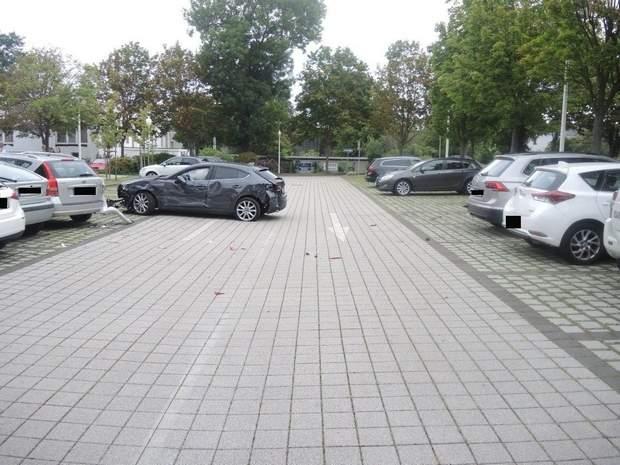 У Німеччині пенсіонерка невдало запаркувалася і розбила 10 авто