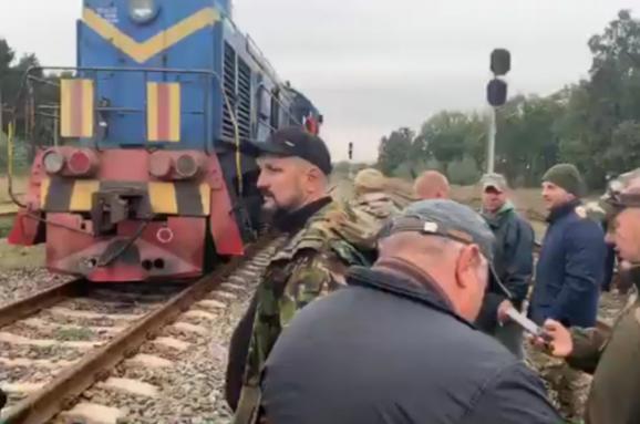 """На Львовщине ветераны АТО-ООС блокируют российские вагоны с углем. Силовики говорят, что будут """"вынуждены применить меры"""""""