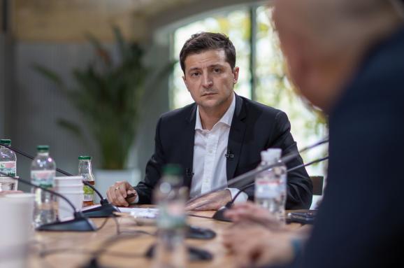 Книга рекордов Украины наградила Зеленского за самую длинную в мире пресс-конференцию