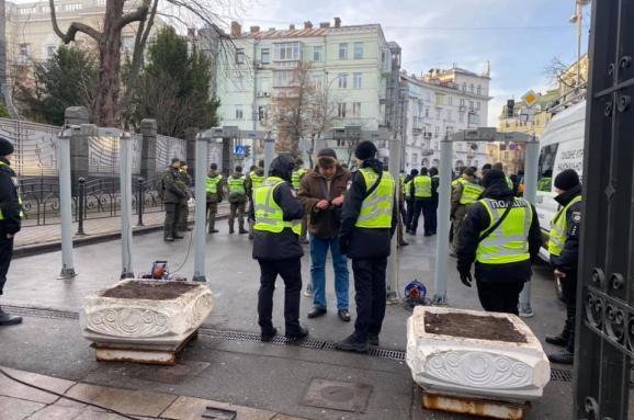 Металошукачі під Офісом президента України