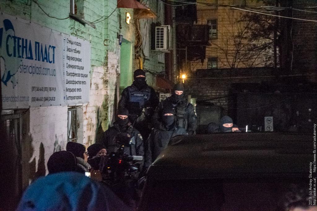 Поліція у дворі Антоненка