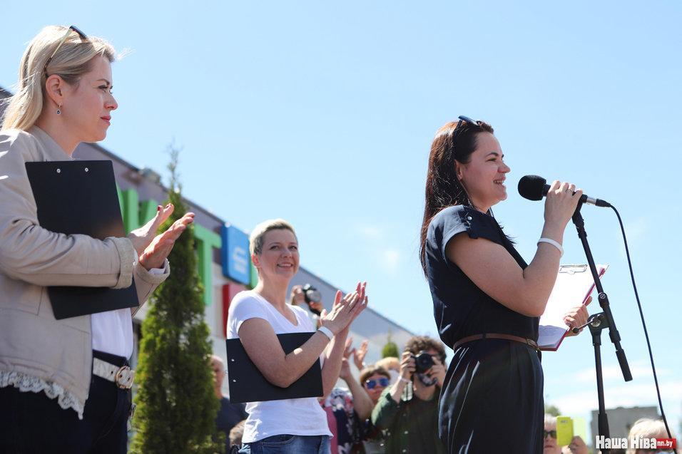 Світлана Тихановська (перед мікрофоном) з Веронікою Цепкало й Марією Колесниковою