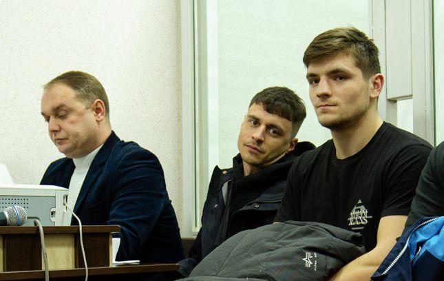 Артем Артеменко (посередині) в залі суду