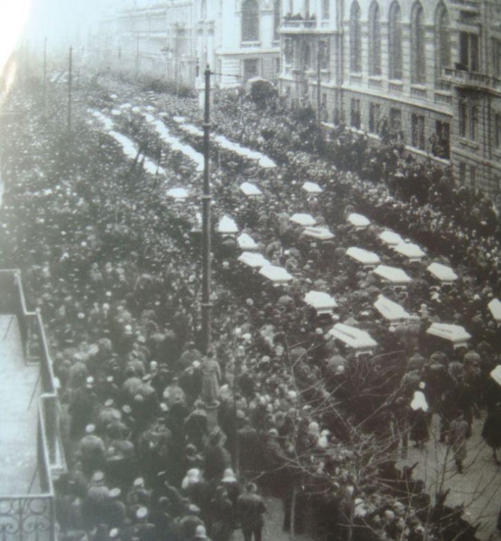 Похорон загиблих в результаті обстрілу більшовиків і вуличних боїв в Одесі в кінці січня 1918 року. Пушкінська вулиця та ріг Грецької
