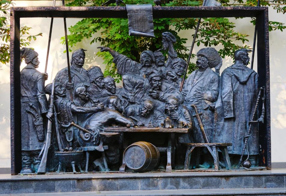"""Скульптурна композиція в місті Краснодарі за мотивами картини художника Іллі Рєпіна (Ріпина) """"Запорожці"""", яка включає в себе 15 бронзових українських козаків"""