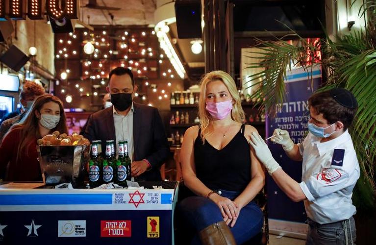 Щеплення в обмін на випивку в барі. Тель-Авів