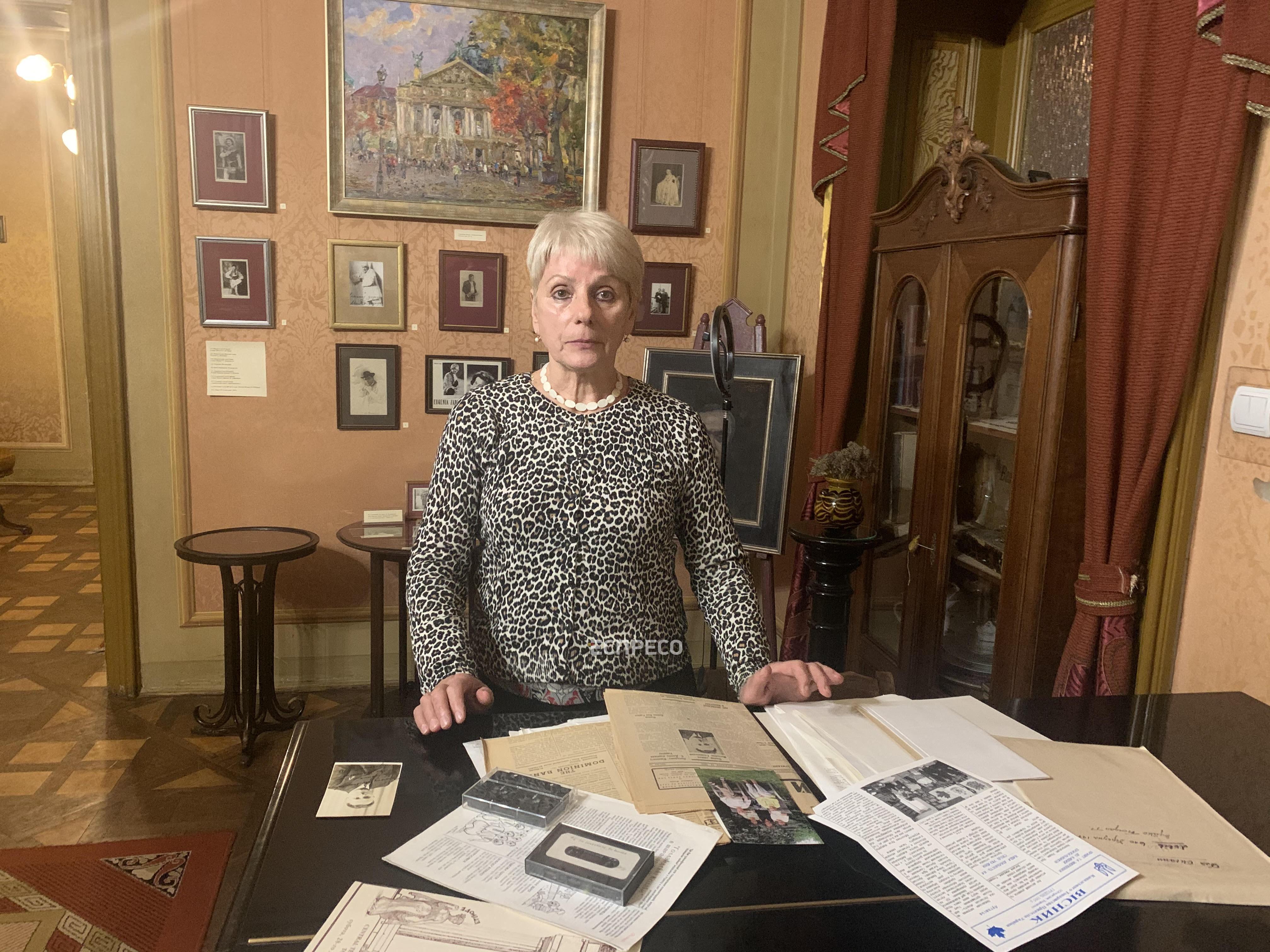 Оксана Величко передає матеріали у фонд Меморіального музею Соломії Крушельницької
