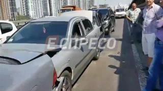 На Південному мосту в Києві зіткнулися 6 автомобілів, є потерпілі