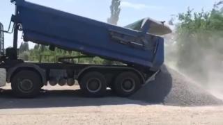 Водій вантажівки відмовився від зважування авто на пункті габаритно-вагового контролю і почав вивантажуватись серед дороги, - Криклій
